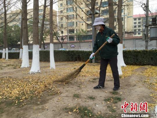 兰州保洁员每日弯腰近千次 徒手清理落叶400余斤