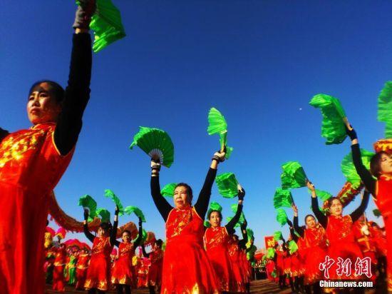 助赢重庆时时彩:甘肃小城千人秧歌、社火舞动戈壁滩