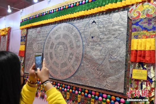 世界上最大的银绘唐卡《香巴拉王国》亮相兰州