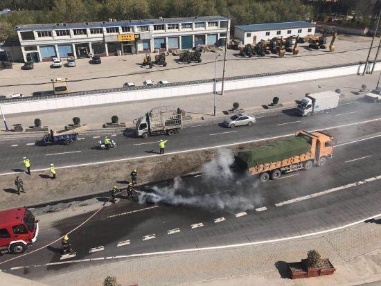 车辆轮胎自燃 西固交警协助灭火