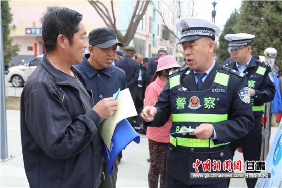 甘肃:甘州交警开展交通安全宣传进社区活动