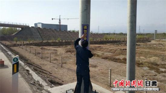 清泉高速交警悬挂宣传标语 营造浓厚交通安全氛围