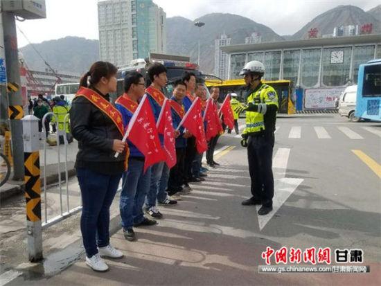 东岗交警组织志愿者开展文明交通劝导活动
