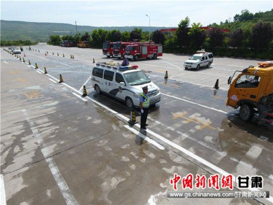 高速交警开展处置危化品车辆交通事故应急演练