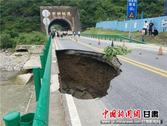陇南徽县国道316线道路中断 过往车辆需绕行