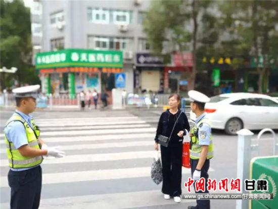 武都公安交警开出首张行人闯红灯罚单