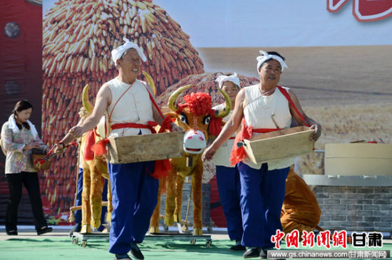 """甘肃清水农民舞台表演农活""""庆丰收"""""""