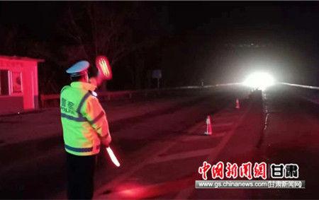 秦安交警大队深夜街头执勤保障交通安全