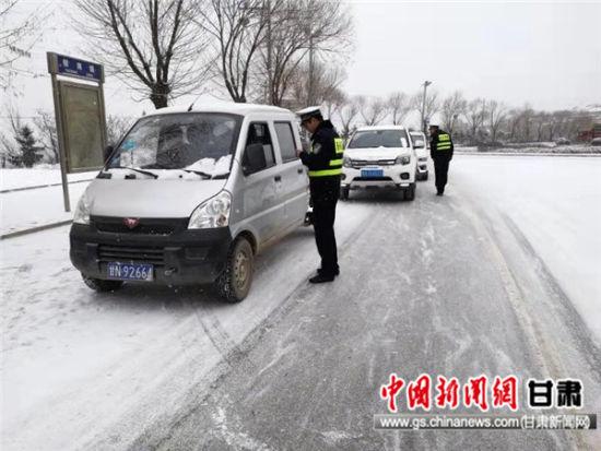 百日安全行动:东乡交警积极开展保畅通工作