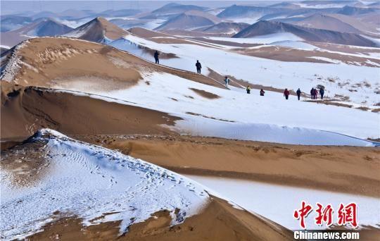 """甘肃临泽""""沙漠雪景""""引游客享大漠风光"""