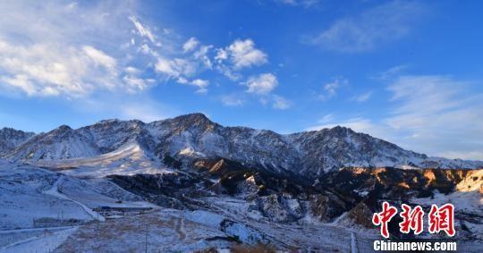 甘肃肃南雪域高原风姿绰约 游人雪地游玩享冬趣