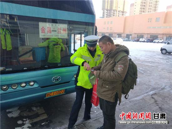 宁远交警大队进车站开展春运交通安全宣传