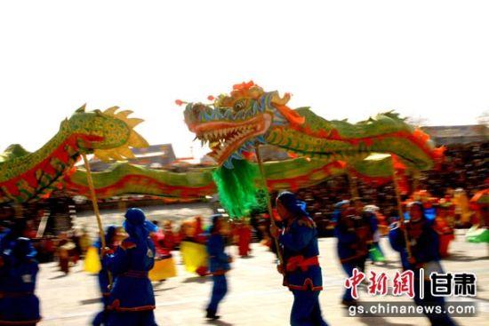 甘肃张掖万人观看传统社火迎元宵
