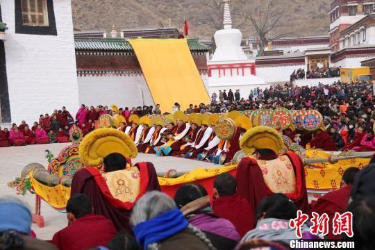 甘肃拉卜楞寺举行法舞祈愿会 藏地民俗游升温