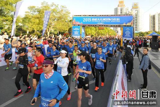 六千多名马拉松爱好者齐聚嘉峪关