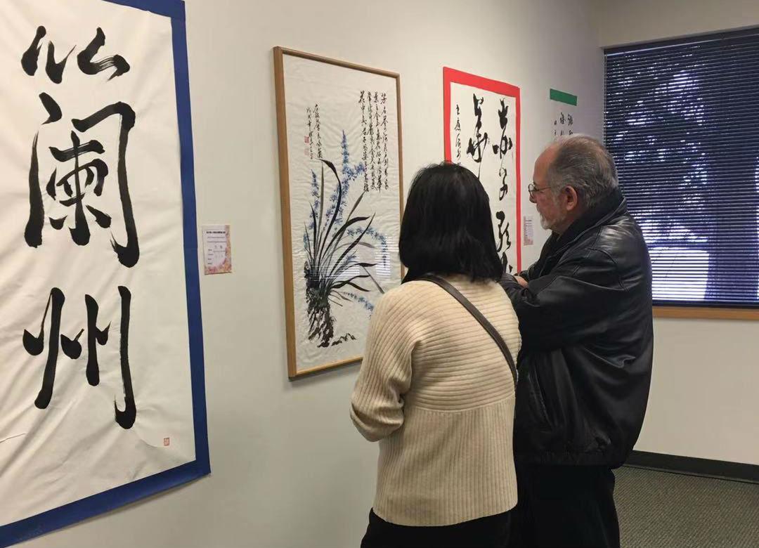 《海外华人写兰州国际书法展》的美国丹佛的展览厅一角